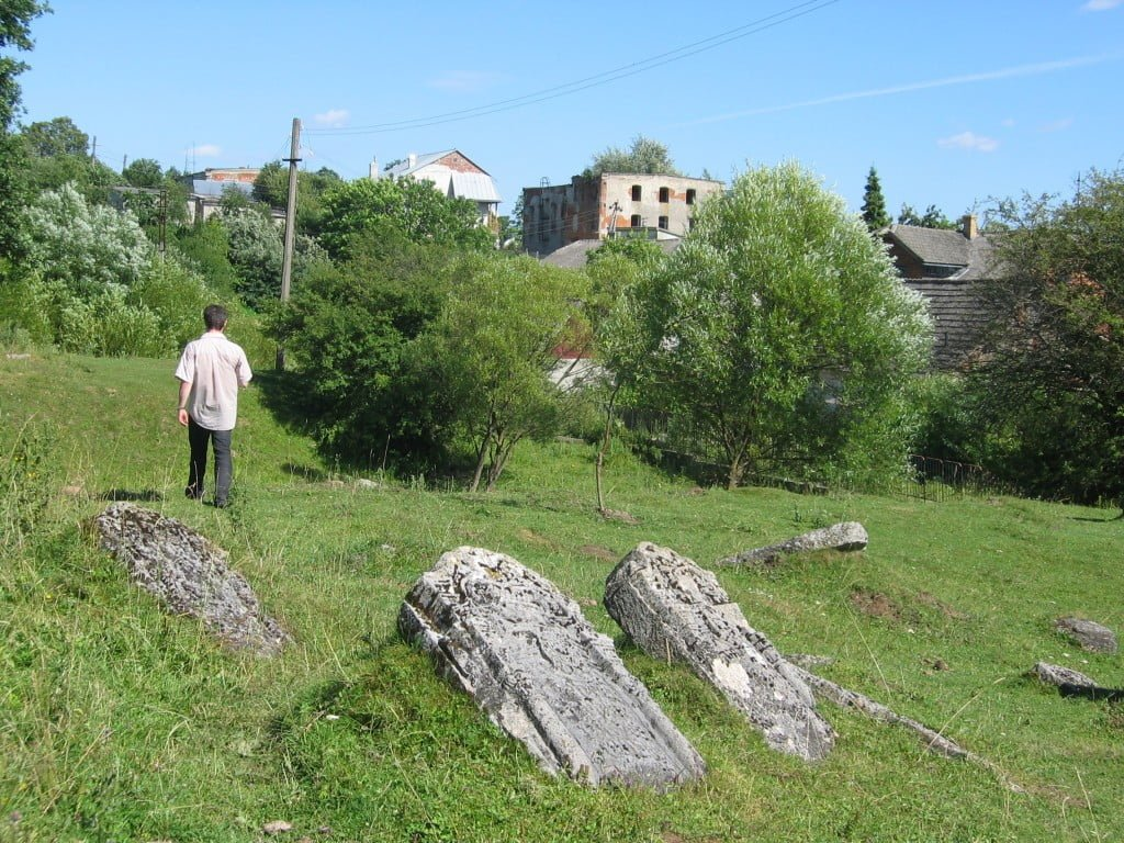 Jewish cemetery in Rozdil, Ukraine, south of L'viv. Synagogue building is in the background. Photo © Ruth Ellen Gruber