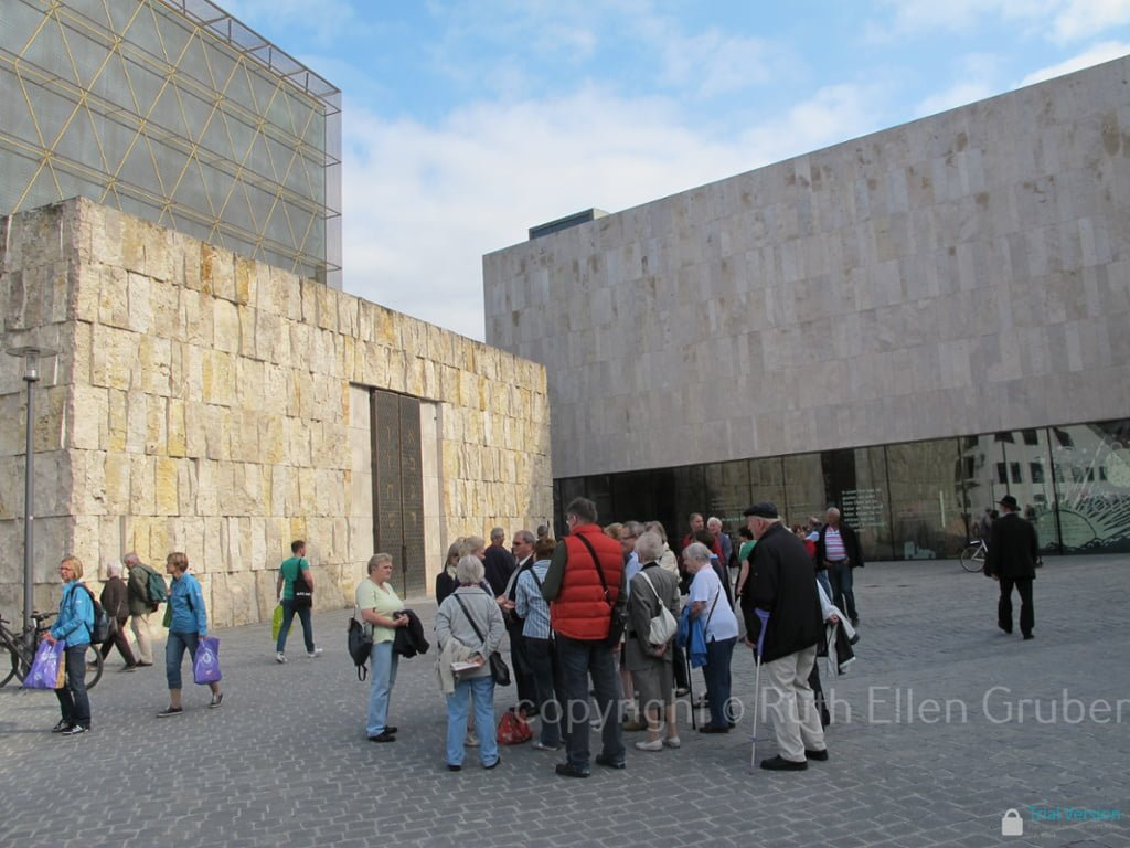 Tourists outside Munich Jewish Museum (r) and synagogue (l). Photo © Ruth Ellen Gruber