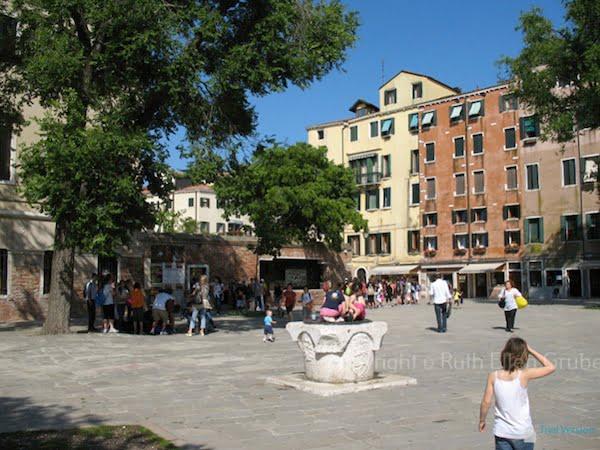 Tourists in the Venice Ghetto. Photo © Ruth Ellen Gruber