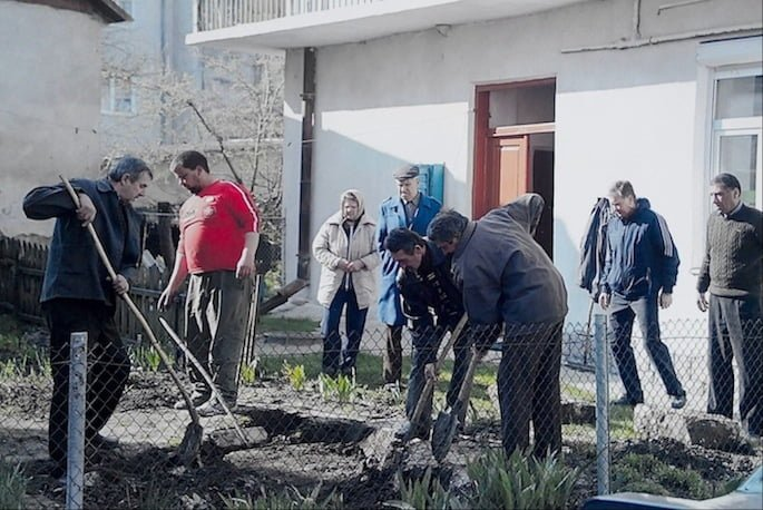the removal of 25 lRemoving Jewish headstones from the private garden on vul. Ivano-Frankivsk in Rohatyn. Photo: Alex Denysenko