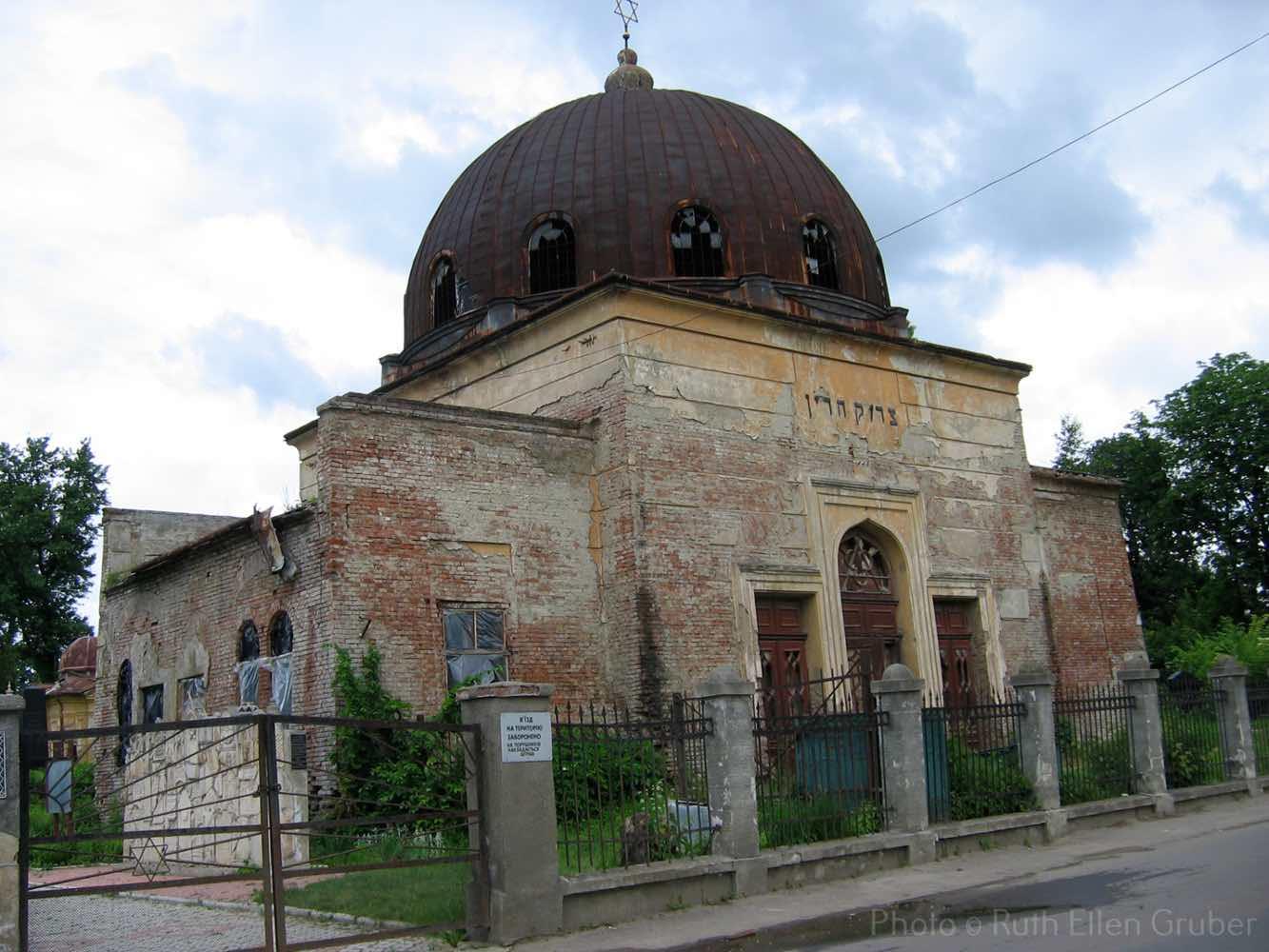 Ceremonial Hall, Jewish cemetery, Chernivtsi, Ukraine. Photo © Ruth Ellen Gruber