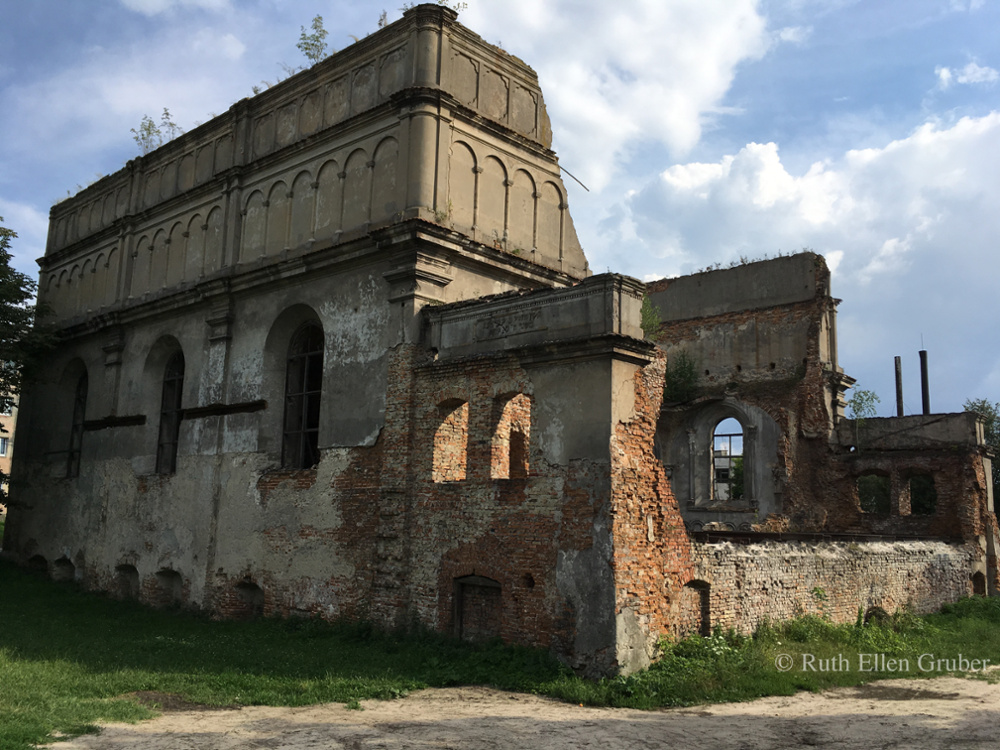 The hulking ruin of the fortress synagogue in Brody