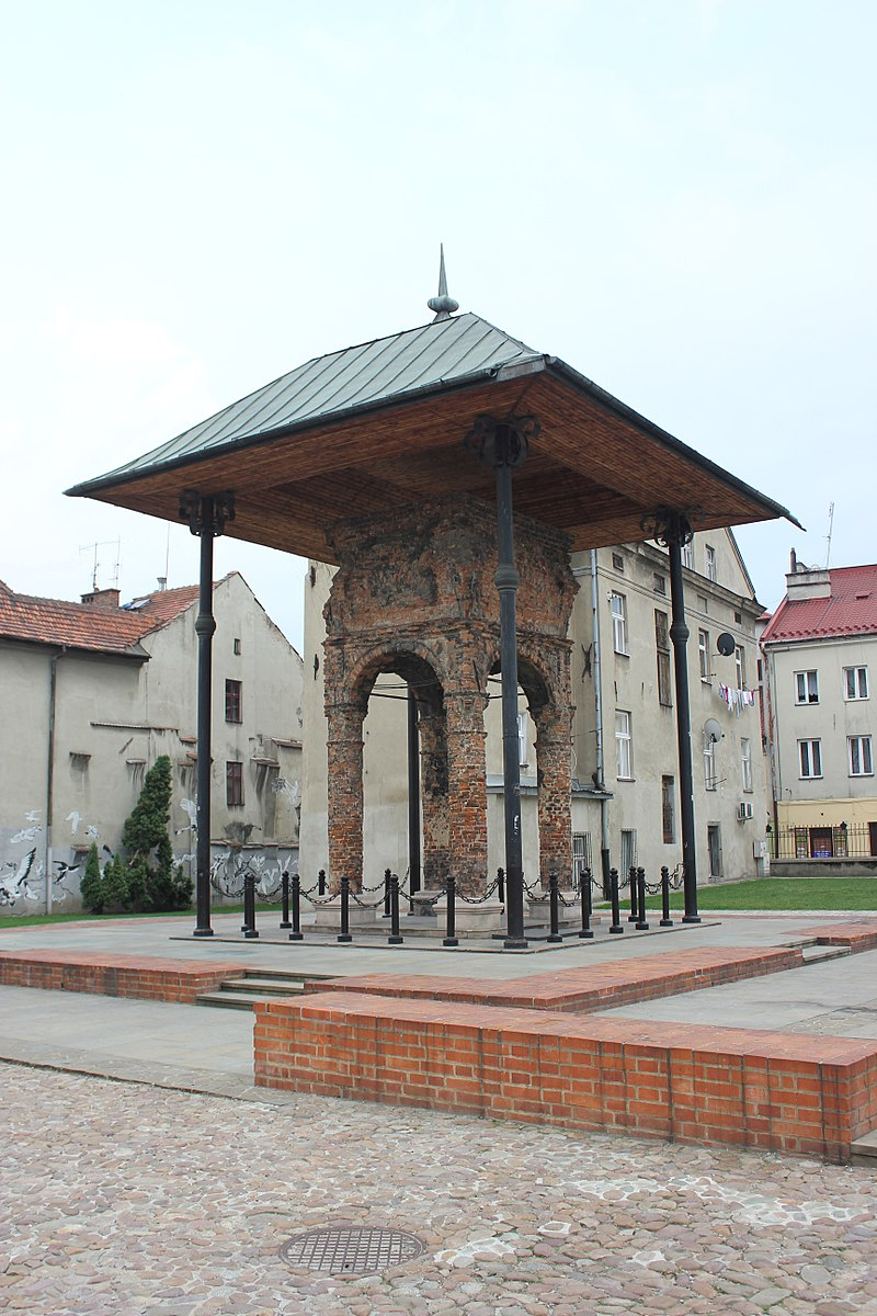 Tarnow bimah on site tracing footprint of destroyed synagogue. Photo: Andrzej Otrębski, via wikimedia commons