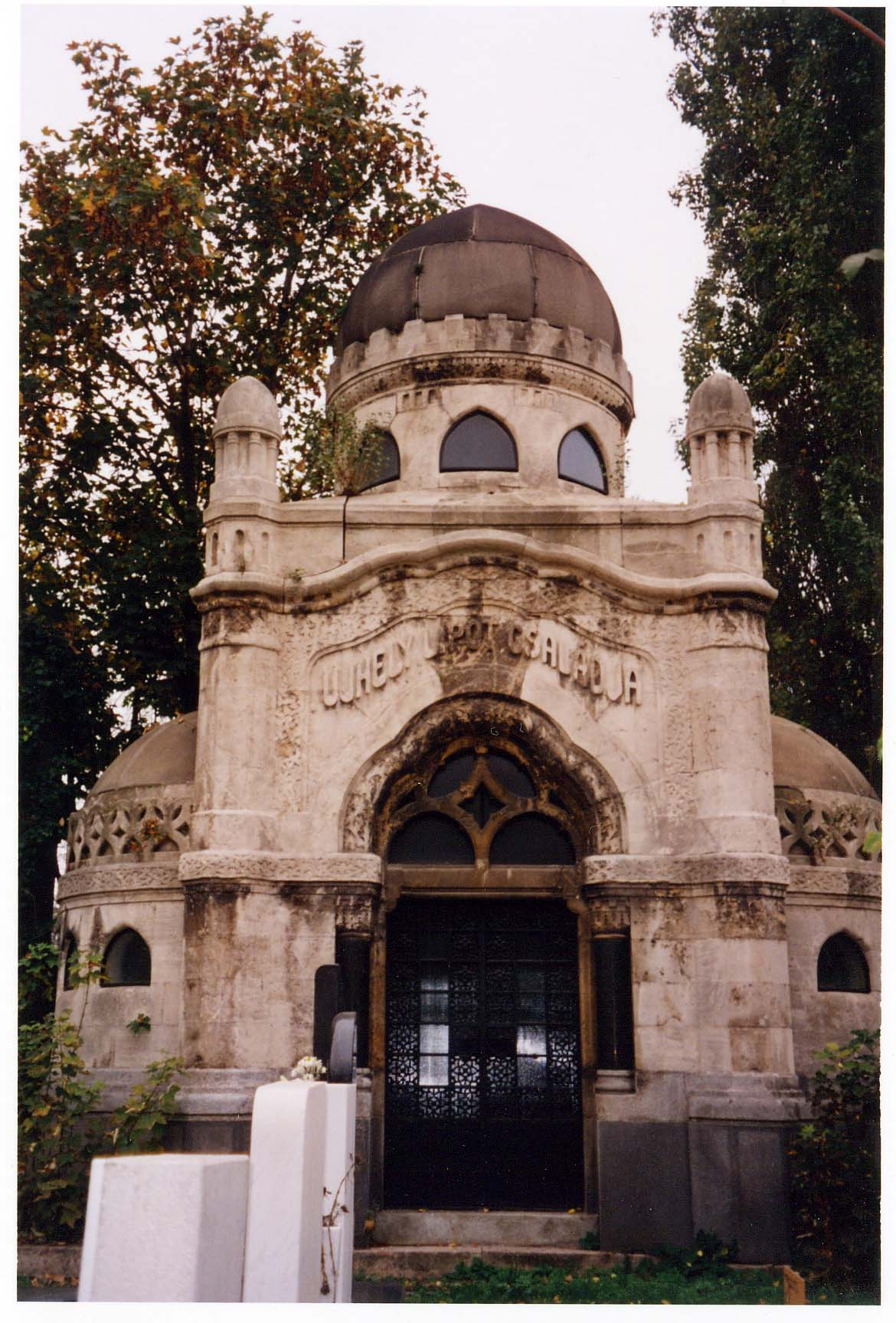 Ujhely family tomb, designed by Lipot Baumhorn, 2004